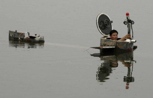 Inventor Tao Xiangli tests his homemade submarine in a lake on the outskirts of Beijing in September last year.(CHRISTINA HU / REUTERS)