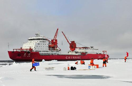 Chinese expedition team members build a floating ice station at 84 degrees north latitude during their fourth scientific expedition in the Arctic Ocean, Aug. 5, 2010. (Xinhua/Zhang Jiansong)