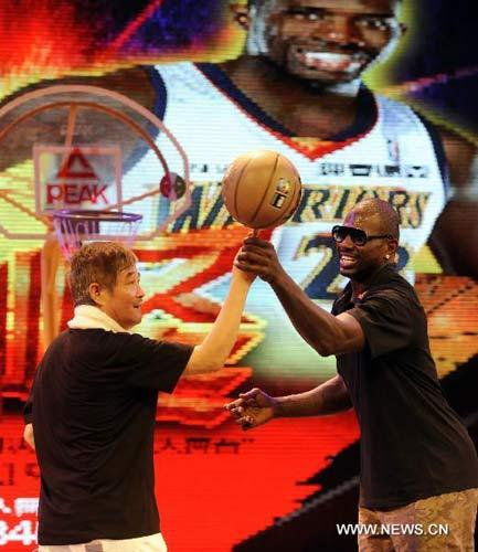 NBA star Jason Richardson (R) and Chinese actor Zhao Benshan play basketball together in Shenyang, capital of northeast China's Liaoning Province, Aug. 4, 2010. Jason, three times King of Slum in NBA acknowledges Zhao as his master to learn couple dance opera, a traditional Chinese opera popular in northeast China.(Xinhua/Wang Jiang)