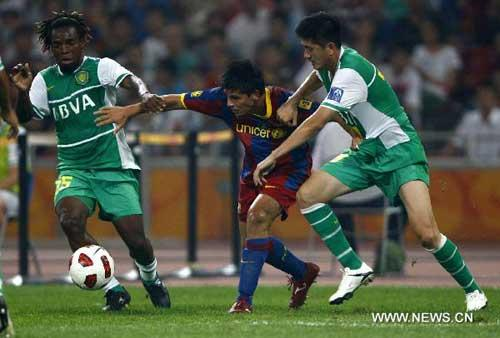 "Nolito (C) of Barcelona F.C team breaks through the defense of two players of Beijing Guo'an during a friendly match in the national stadium, also known as ""Birds' Nest"" in Beijing, capital of China, on Aug. 8, 2010. (Xinhua/Ding Xu)"