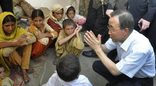 U.N. Secretary-General Ban Ki-moon gestures to young flood victims after visiting them at a relief camp in the Muzaffargarh district of Punjab province August 15, 2010.(Xinhua/Reuters Photo)