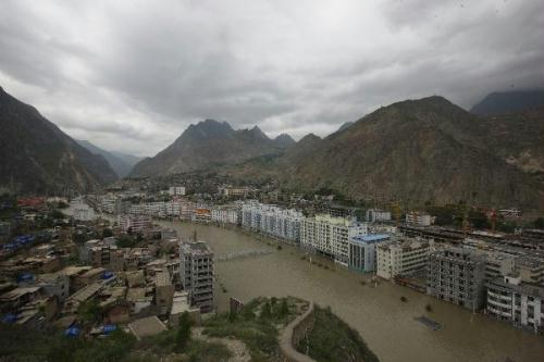 Photo taken on Aug. 16, 2010 shows the Bailongjiang River running across landslide-hit Zhouqu County, Gannan Tibetan Autonomous Prefecture in northwest China's Gansu Province. Large-scaled ponding area still remained in the county.(Xinhua/Xing Guangli)