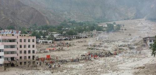 Rescuersworkinlandslide-hitZhouquCounty,GannanTibetanAutonomousPrefectureinnorthwestChina'sGansuProvince,Aug.12,2010.Large-scaledpondingareastillremainedinthecounty.(Xinhua/XingGuangli)