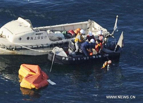 Rescuers try to salvage a crashed helicopter on the sea at Kagawa Prefecture, Japan, Aug. 18, 2010. (Xinhua/Kyodo)