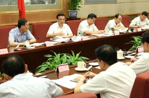Chinese Vice Premier Li Keqiang (2nd L, back) presides over a plenary meeting of the food safety commission under the State Council in Beijing, capital of China, Aug. 16, 2010. (Xinhua/Ma Zhancheng)