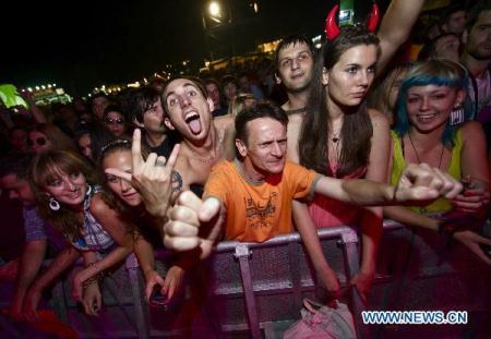 Visitors watch a concert during the 8th Belgrade Beer Fest in the Usce Park of Belgrade, Serbia, on Aug. 18, 2010. (Xinhua/Marko Rupena)