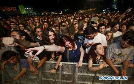 Visitors watch a concert during the 8th Belgrade Beer Fest in the Usce Park of Belgrade, Serbia, on Aug. 18, 2010. The five-day Belgrade Beer Fest opened here on Wednesday. Serbian Tourism Organization expects at least 800,000 people will visit the festival this year. (Xinhua/Marko Rupena)