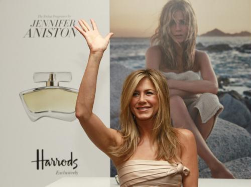 "U.S. actress Jennifer Aniston waves during the launch of her fragrance ""Jennifer Aniston"" at Harrods in London July 21, 2010. (Xinhua/Reuters Photo)"