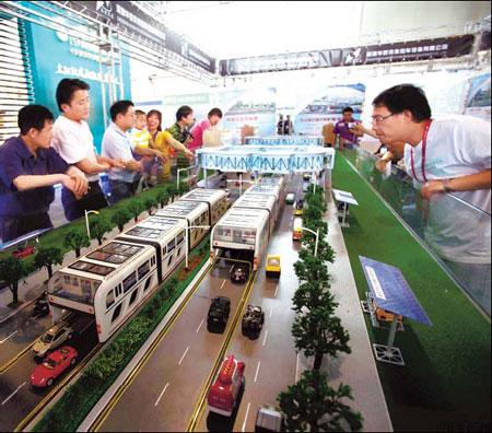 Visitors have a look at a model of the super bus system at Beijing science expo.(Source: China Daily/Chen Xiaogen)