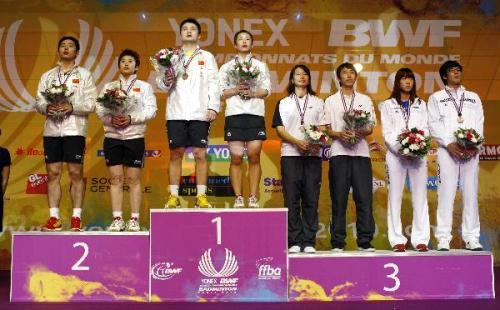 China's Zheng Bo (3rd L)/Ma Jin (4th L) and He Hanbin (L)/Yu Yang (2nd L) stand on the podium after the mixed doubles final at the 2010 World Badminton Championships in Paris, France, on Aug. 29, 2010. Zheng Bo/Ma Jin claim the title after winning the match against He Hanbin/Yu Yang with 2-0.(Xinhua/Tang Shi)