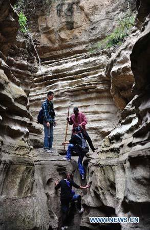 Tourists play in Hell's Gate National Park, north west of Nairobi, capital of Kenya, on Aug 30 2010. (Xinhua photo)