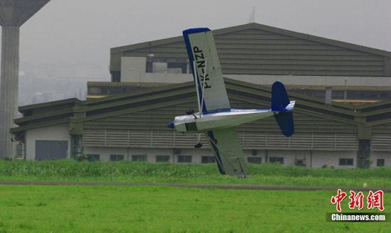 [视频]印尼:小型飞机飞行表演现场坠毁