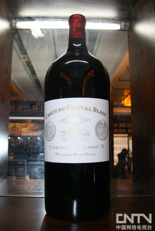 从来没有见过这么大的葡萄酒瓶,里面还装酒