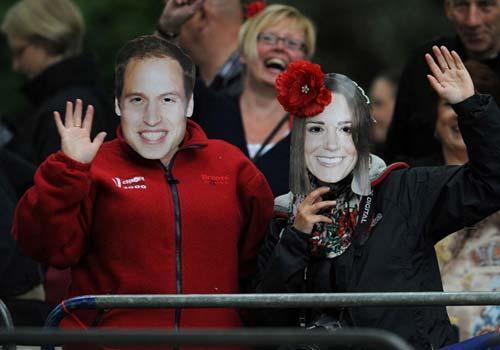 民众举着威廉和凯特头像等待婚礼开始(组图)