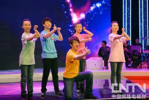 聋哑学生用手语表达对老师的爱