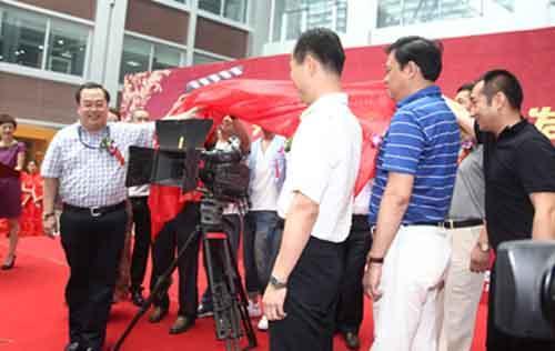 烟台市委宣传部副部长陈海涛、烟台广播电视台台长李明为《七月餐厅》开机