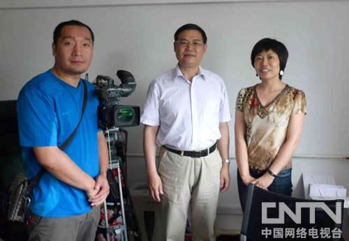 潘家华接受采访之后与摄制组工作人员合影