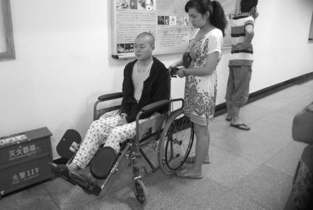 杜波兰推着杨昊书去做放疗