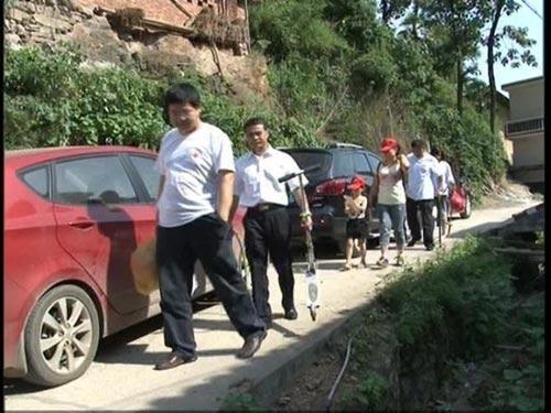 2011年6月23日来到涟源三甲帮助贫困家庭儿童