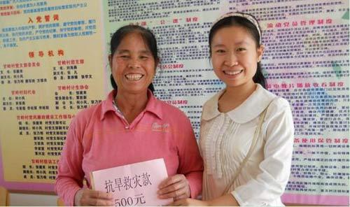 图为志愿者覃娟(右一)发动青年志愿者为受灾群众捐款,并把救灾款送到群众手中