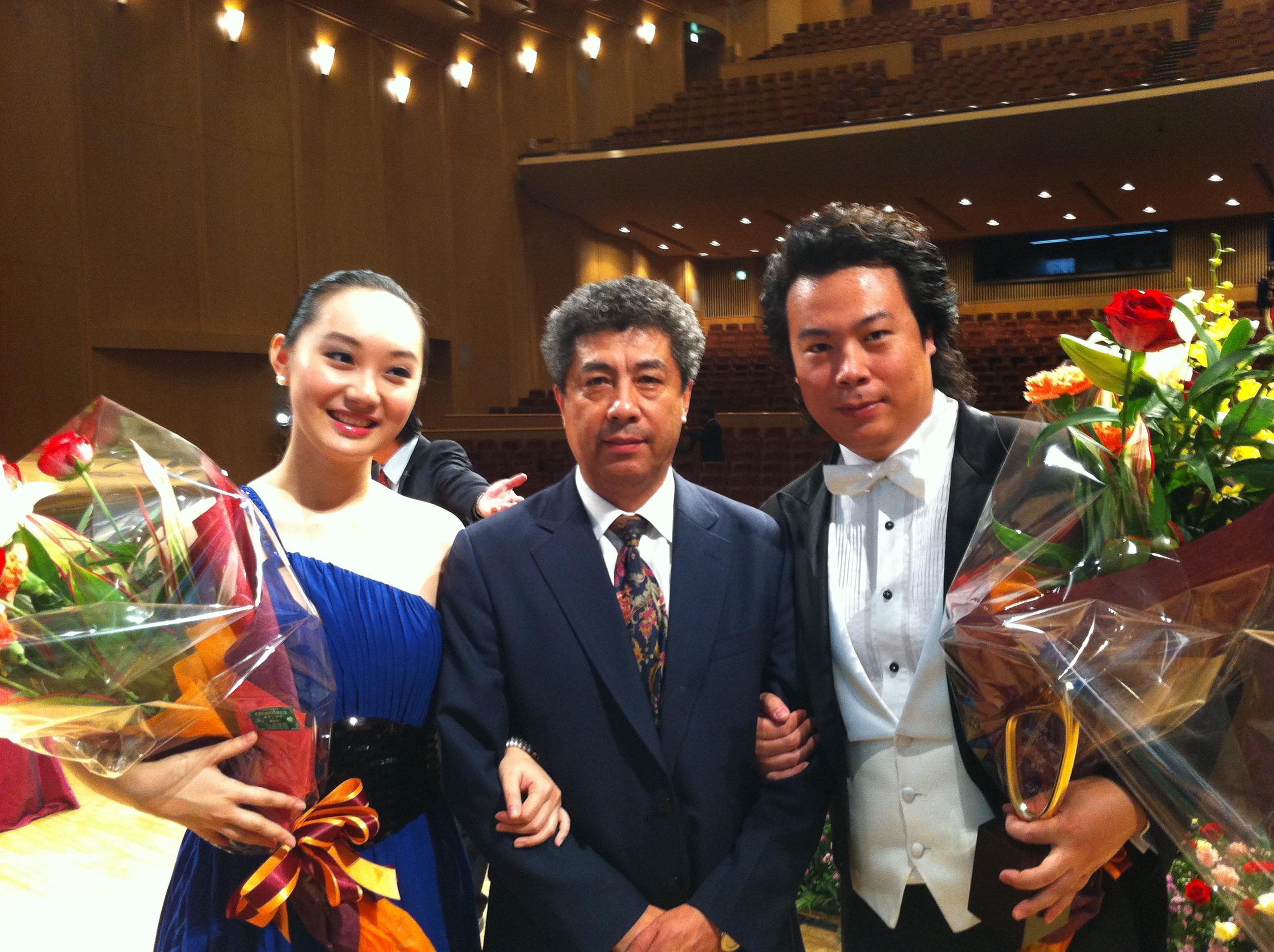 获奖后王宪林教授和他的两个学生