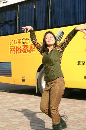 维吾尔少女展现美妙舞姿