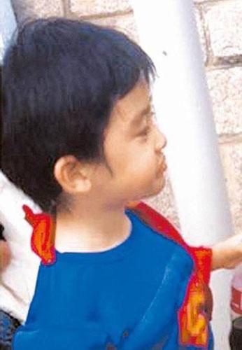 Lucas穿着超人装逛海洋公园