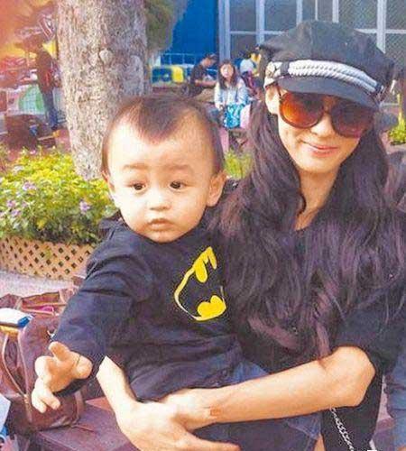 张柏芝抱着小儿子Quintus,他穿着蝙蝠侠装扮可爱。