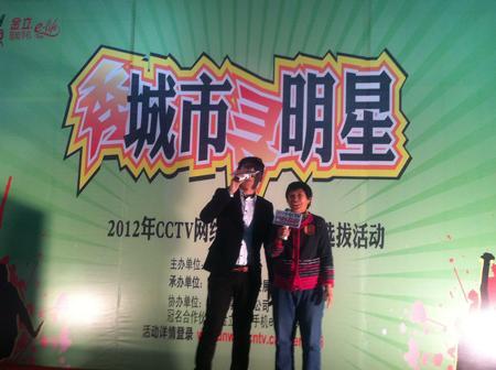 主持人与选手互动,这位选手也是哈尔滨站的冠军得主