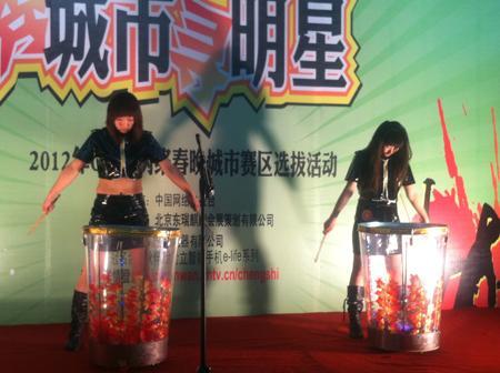 两位女选手的火辣《水鼓舞》让全场观众沸腾