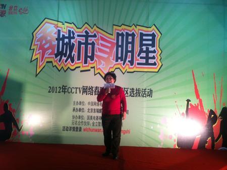 哈尔滨站岁数最大的选手王敏杰(59岁)为观众献唱