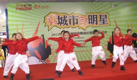 小朋友们表演舞蹈