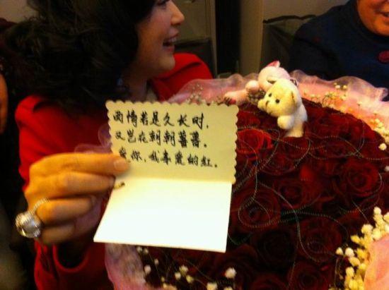 王珞丹写贺卡