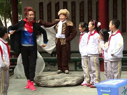 """嘉宾王盼和北京市新源里第四小学同学们在""""快乐面对面""""中开心地做游戏"""