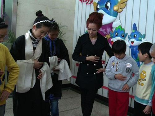"""嘉宾王盼在""""快乐我知道""""中带领同学们体验青衣台步"""