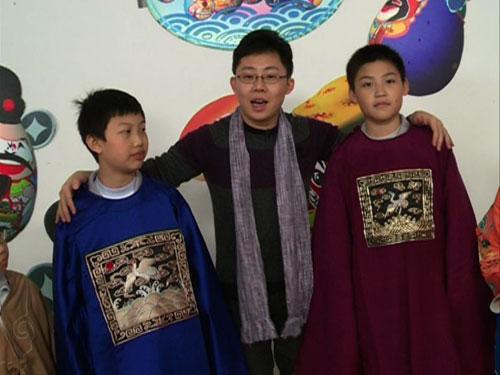 """嘉宾马力为同学们讲解京剧服装中的""""官衣"""""""