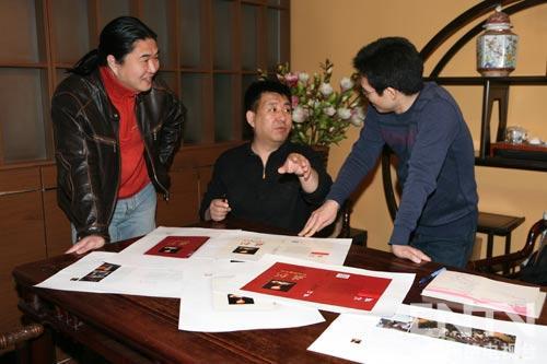 闫东(中间)与图书编辑讨论封面设计