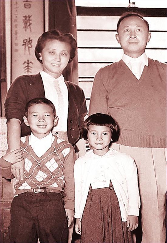 这是1955年10月12日,钱学森和蒋英在上海家中的合影。