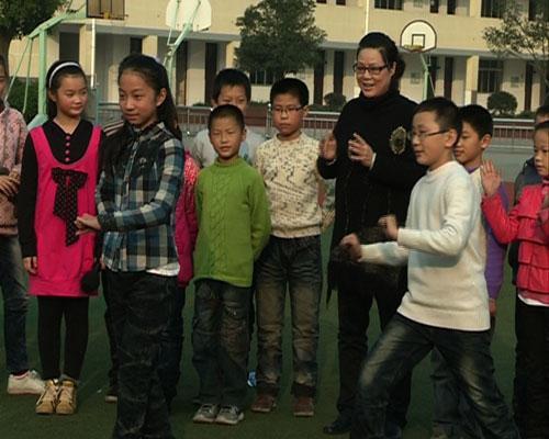 许美霞老师给同学们讲解表演中的默契配合