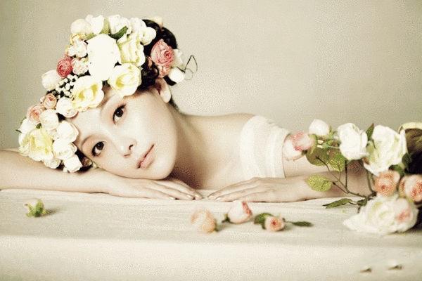 刘雨鑫春日写真肌肤白皙宛如凝脂