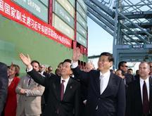 Le vice-président chinois visite le terminal du transport maritime chinois au port de Los Angeles