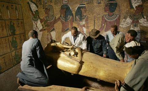 考古工作者将古代埃及最著名的法老之一图坦卡蒙的木乃伊石棺揭开