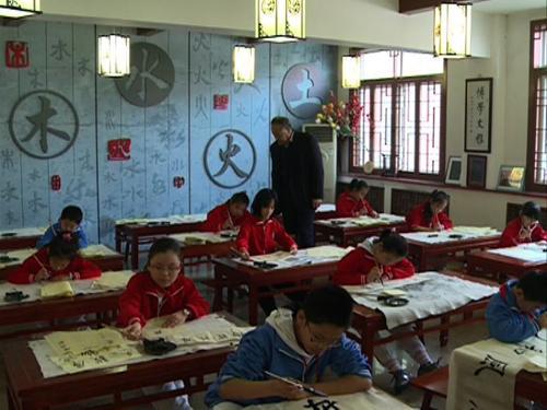 天津小学的同学们练习书法