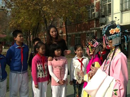 昆曲演员邵天帅给同学们讲解昆曲《游园惊梦》中青衣和花旦的扮相区别