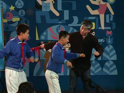 """昆曲名家王振义教授教天津小学的同学们戏曲中""""上马""""的程式动作"""