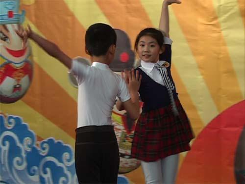 大众完小徐玮琪祝煜栩表演拉丁舞《恰恰恰》