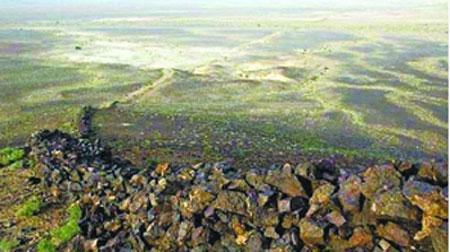 一个古代火山锥上的长城段落,使用玄武岩建造。