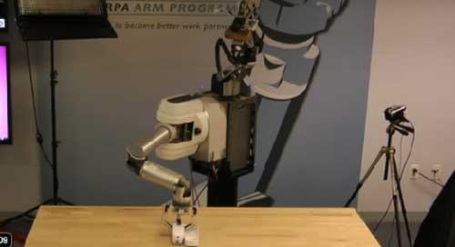 机器人正在木板上打洞