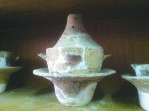 瓮棺葬用的釜,里面装有婴儿遗骨