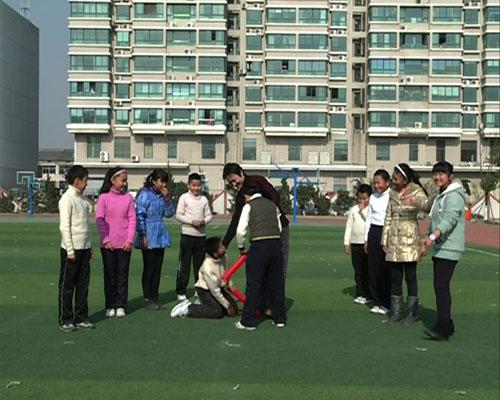 江苏省京剧院演员李舒带领百家湖小学的同学们做三岔口游戏